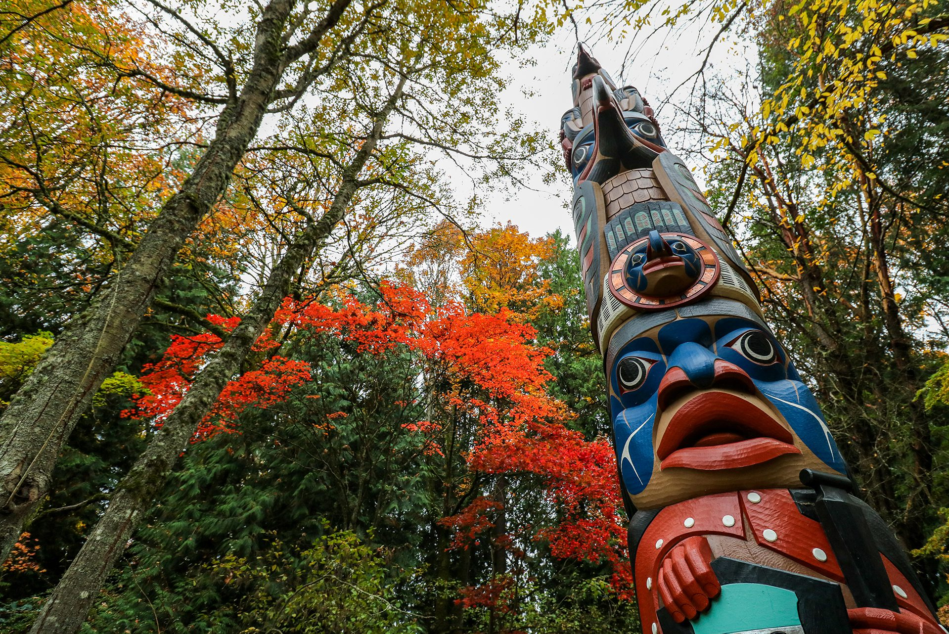 totem pole with fall colors